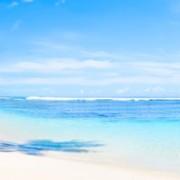 Zakenman aan het werk op het strand via de cloud