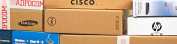 Dozen met hardware in het magazijn van Adfocom